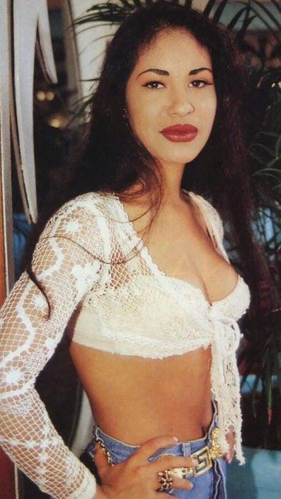 mujer con top blanco de red