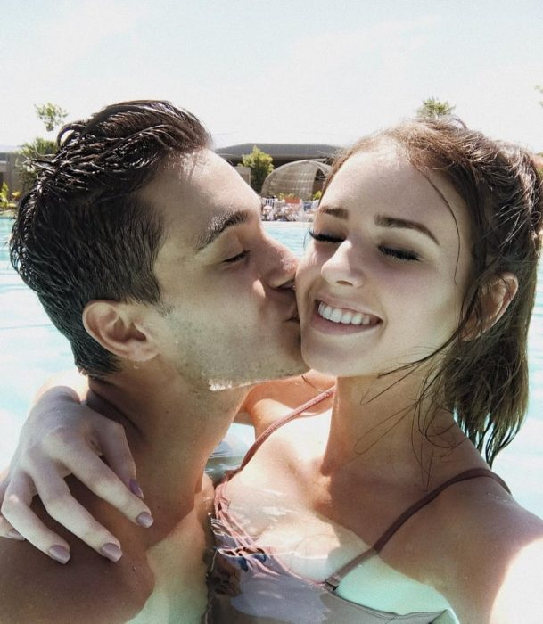 chico besando a su novia en la mejilla
