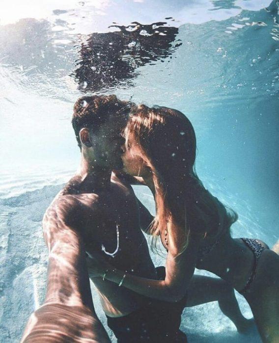 Pareja de novios nadando