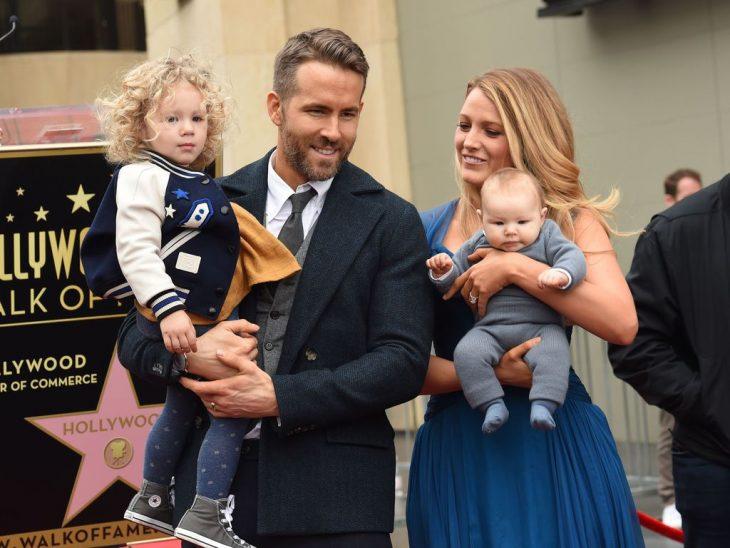 Ryan Reynolds y Blake Lively cargando a sus hijas