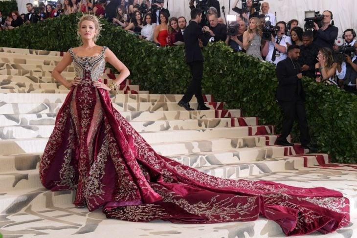 Blake Lively usando un vestido rojo para la Gala del Met