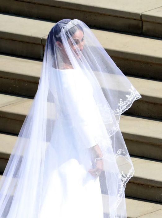 chica usando vestido de novia