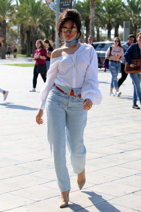 mujer lentes jeans cintura tacones camisa blanca