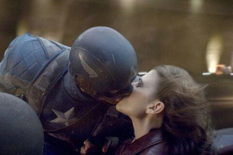 pareja de novios besandose