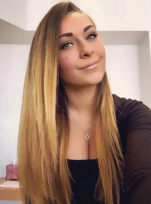 chica con cabello largo y rubio de ojos azules
