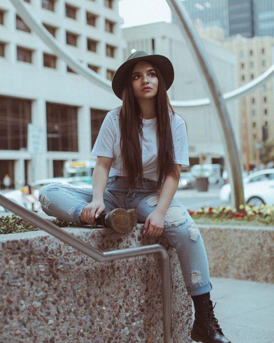 chica de cabello largo usando gorros