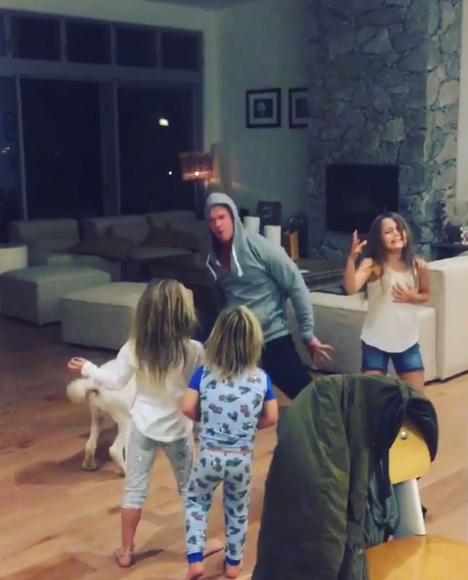 Chris Hemsworth Bailando Wrecking ball junto a sus hijas