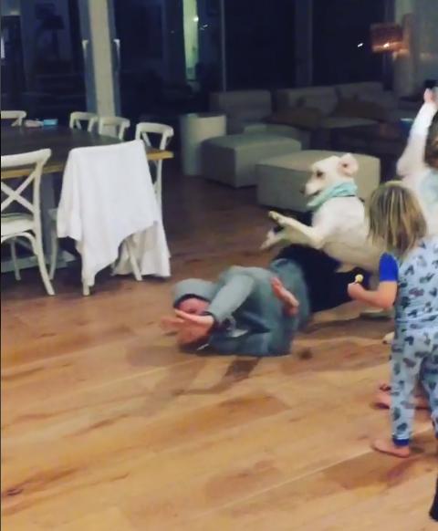 Chris Hemsworth siendo atacado por superro