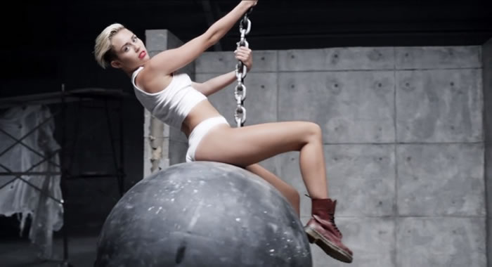 Miley Cyrus sobre una bola de demolición en el video Wreacking ball