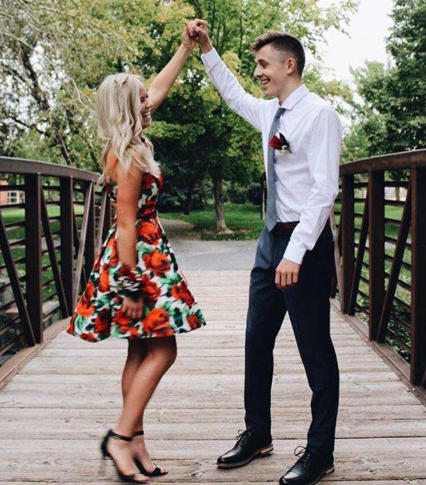pareja de novios bailando