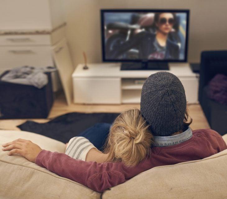 pareja de novios viendo series