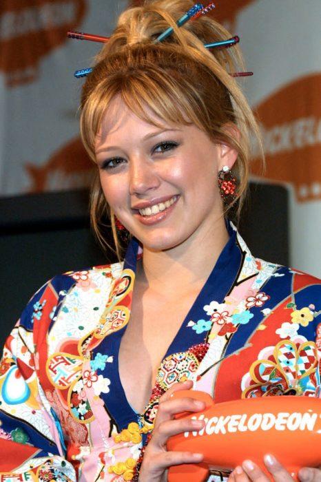 chica usando kimono japones