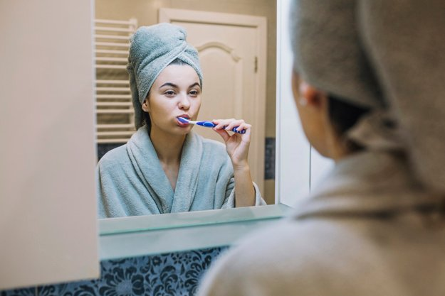 chica cepillando sus dientes