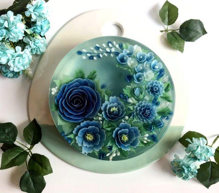 gelatina con flores azules