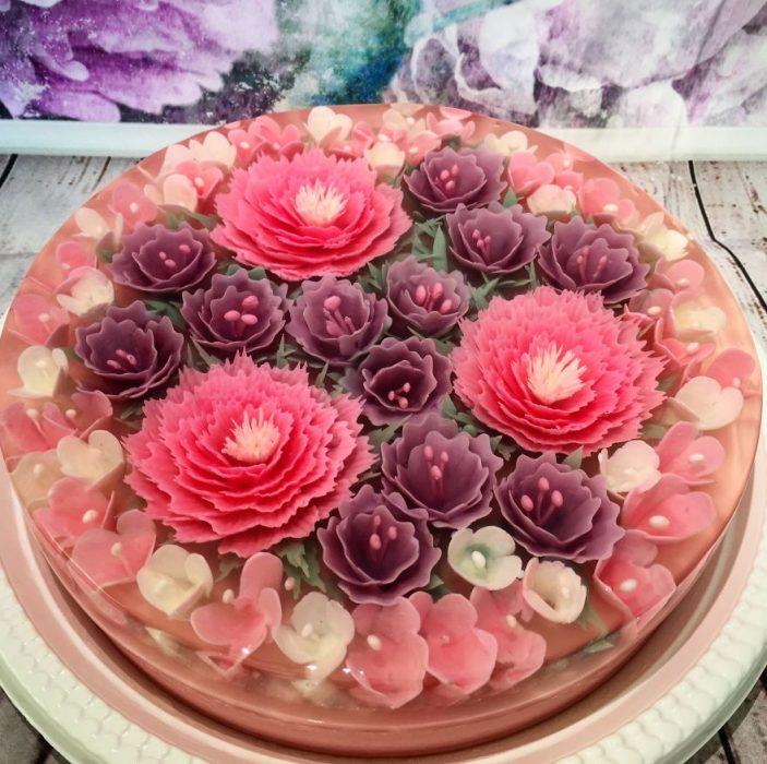 gelatina con flores de color rosa