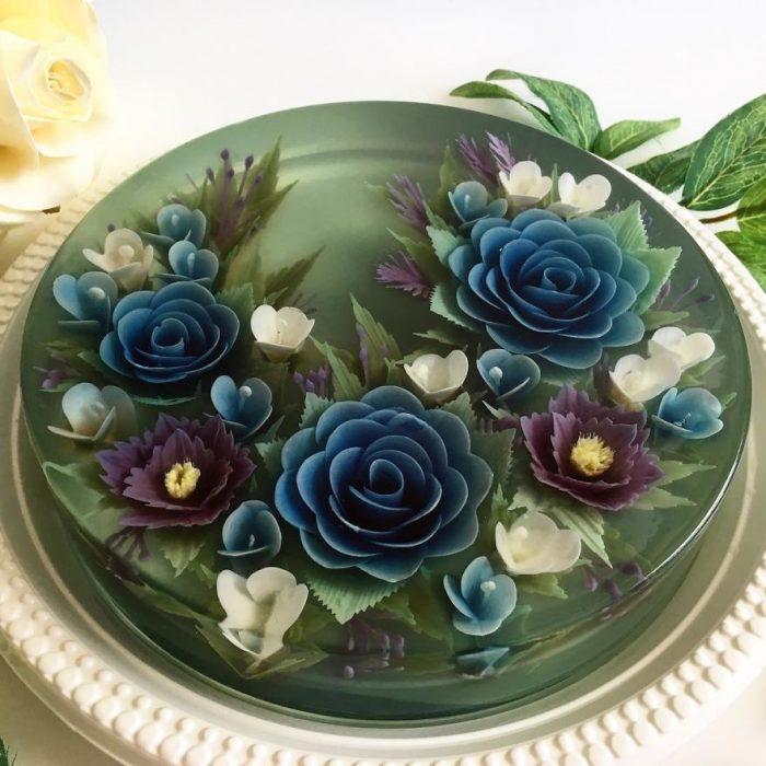 gelatina decorada con flores azules