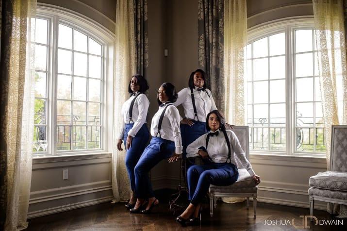 chicas usando ropa de color azul