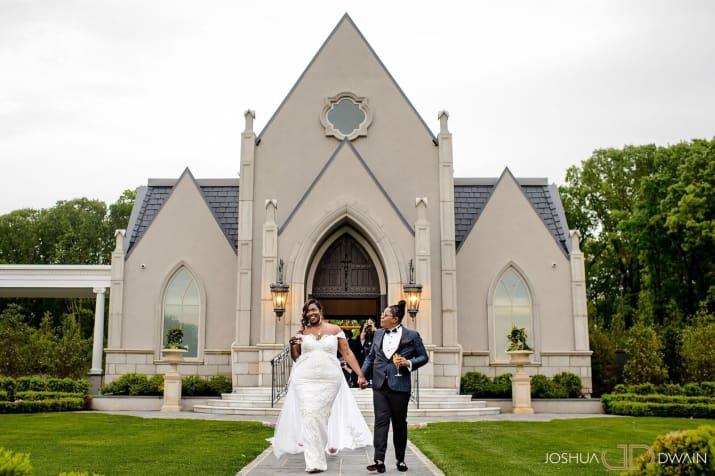 pareja d erecien casados saliendo de la iglesia