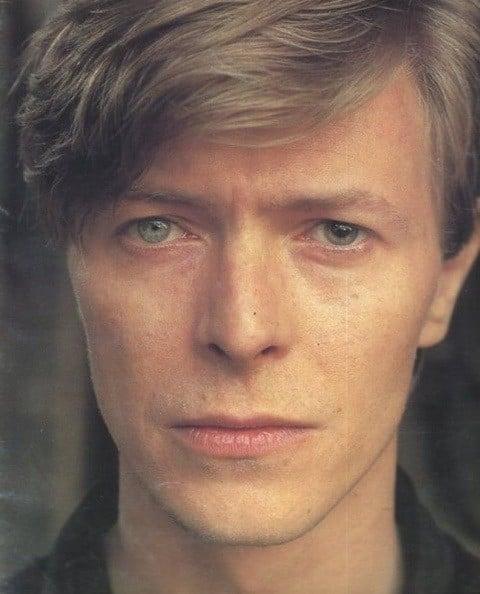 hombre con ojos azules