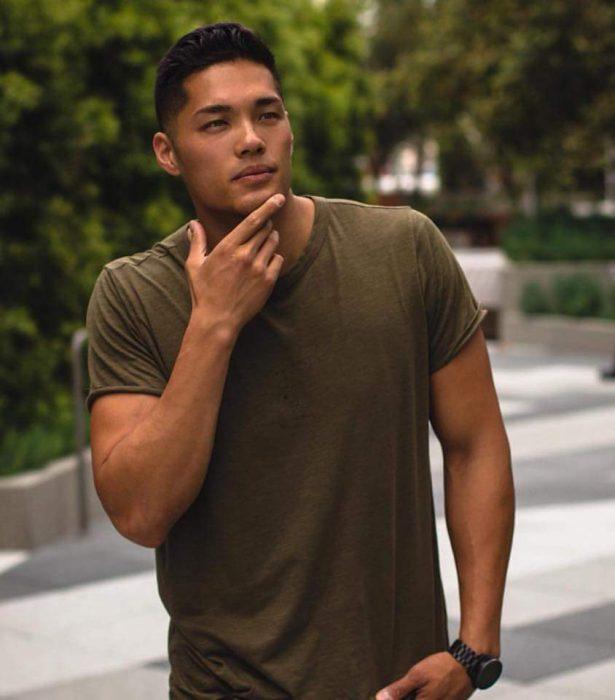 hombre con playera verde militar