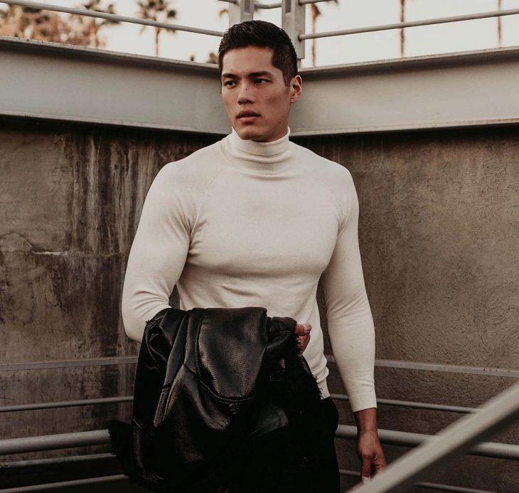 hombre con camisa blanca y saco en mano