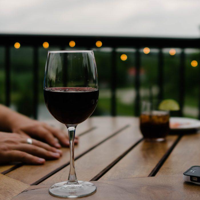 copa de vino tiento en una mesa