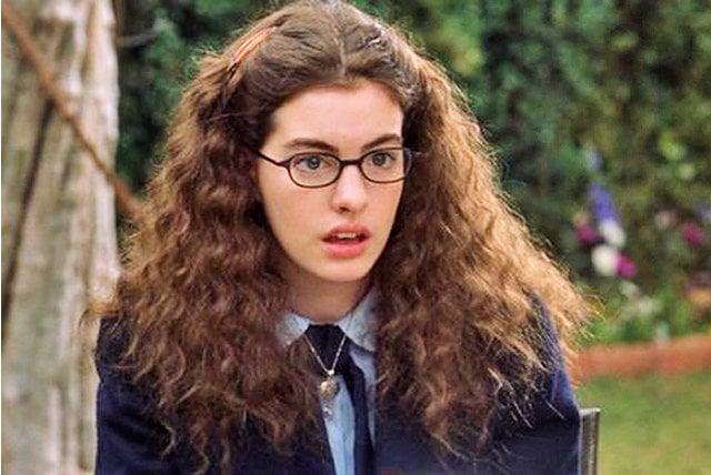 chica con anteojos y cabello rizado