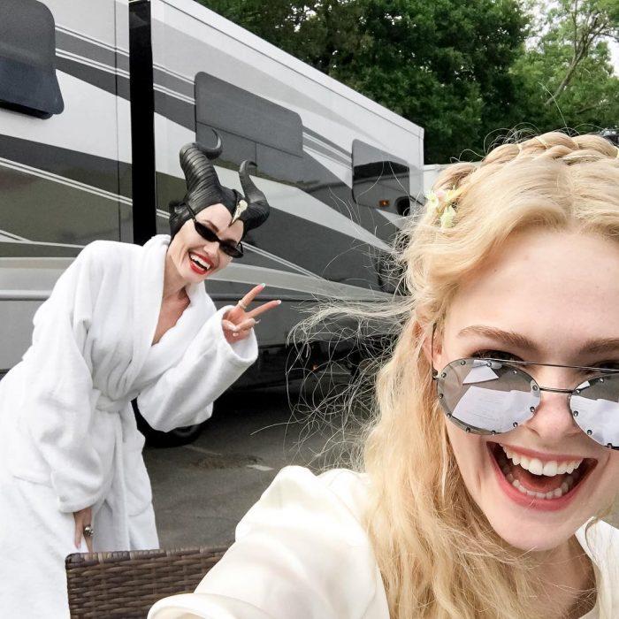Elle Faning tomando una selfie junto a Angelina Jolie en el set de Maléfica