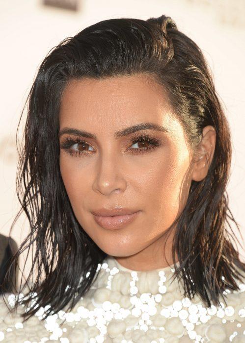 Kim Kardashian con el cabello con efecto mojado