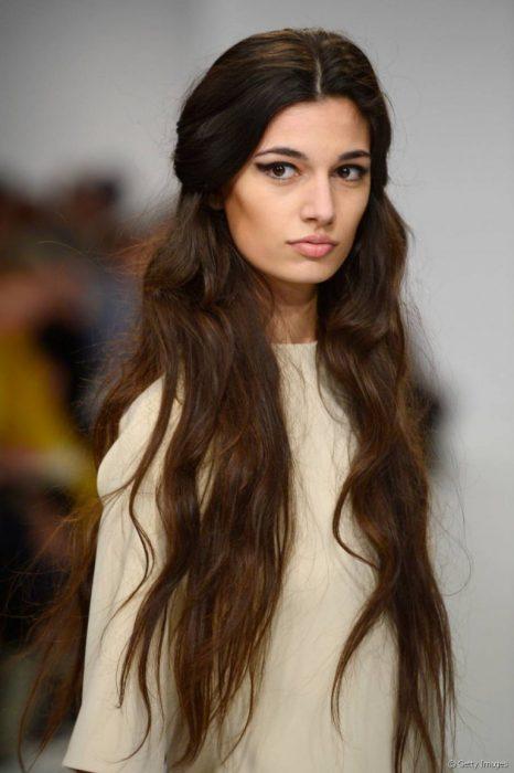 Modelo con el cabello largo en ondas