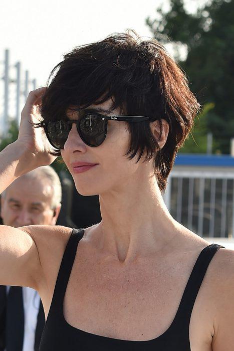 Chica con el cabello en pixi largo y gafas de sol