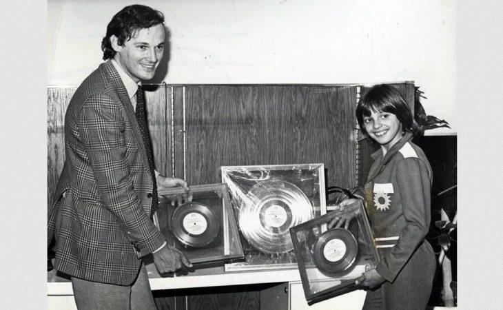 Luis Miguel recibiendo un disco de oro por sus ventas en 1982