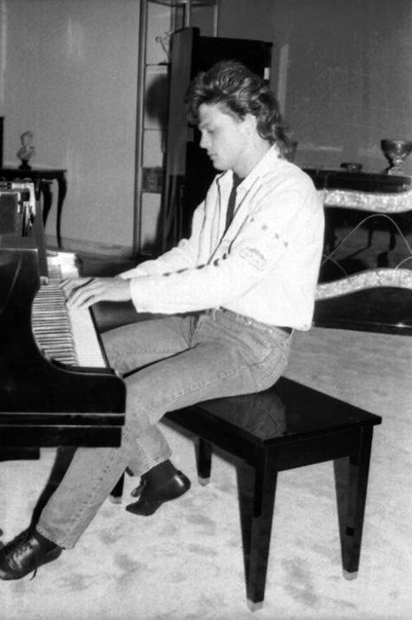 Luis Miguel tocando el piano