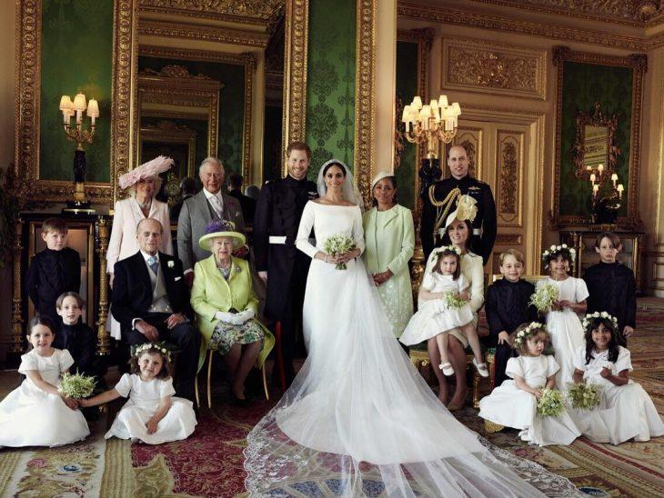 pareja de recién casados junto a su familia