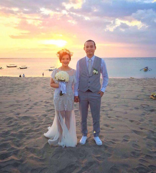 recién casados en la playa