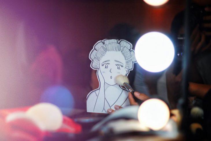 dibujo de chica frente al tocador