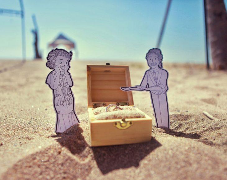 cofre de madera sobre la arena
