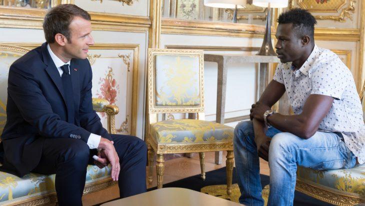Hombre que salvó a un niño en francia se reune con el presidente en una sala de estar