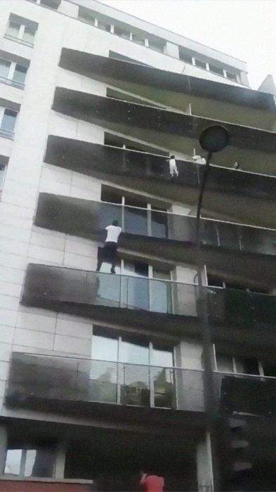 Hombre escalando un balcón para salvar a un niño de caer