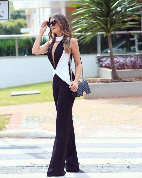 Chica usando un jumpsuit de color balnco y negro