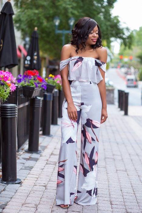 Chica usando un jumpsuit de color lavanda con flores