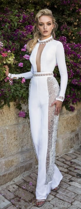 Chica usando un jumpsuit de color blanco con transparencias
