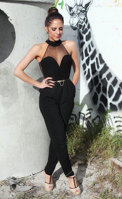 Chica usando un jumpsuit de color negro