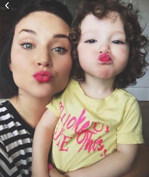 madre e hija haciendo duck face
