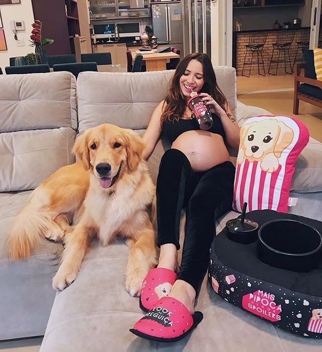 chica viendo películas junto a su perro