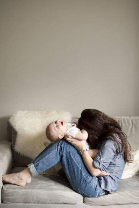 chic ajugando con su bebé