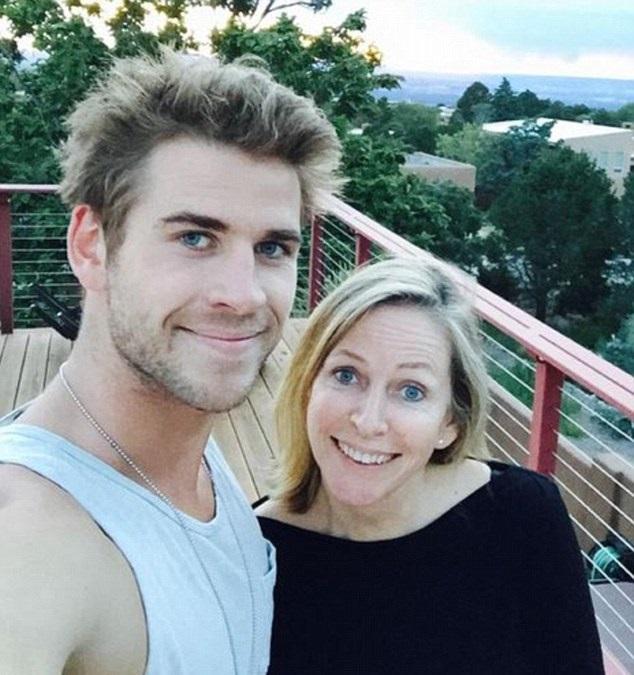 madre e hijo con ojos de color azul