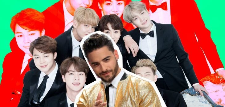 Hombre con chamarra dorada y grupo de chicos con traje y moño