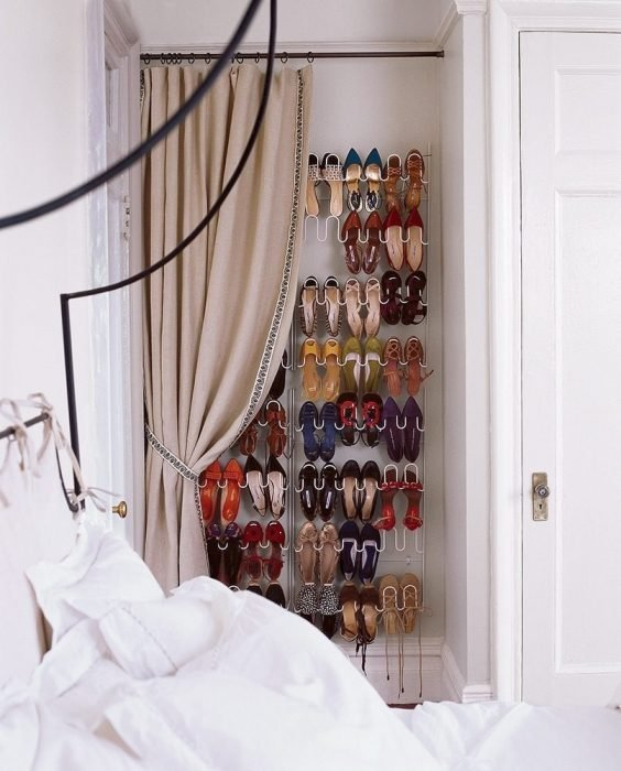 Zapatos ocultos tras una cortina