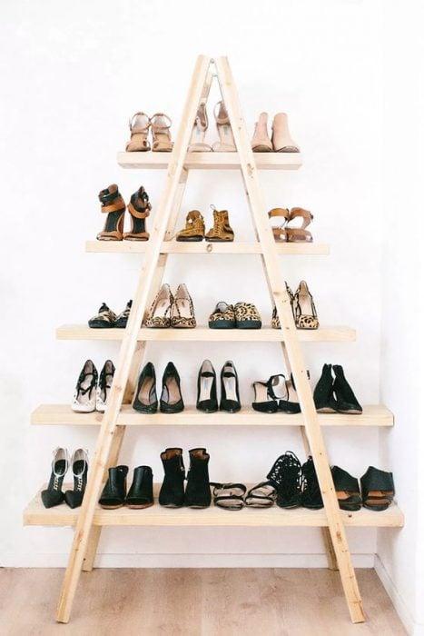 Tablas en forma de triangulo para organizar zapatos